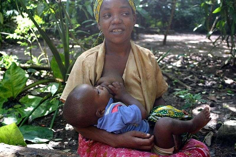 L'OMS recommande aux mères d'allaiter leur bébé jusqu'à 6 mois. Des antiviraux sont prescrits aux enfants dont les mères séropositives allaitent. © Brocken Inaglory, Wikimedia Commons, cc by sa 3.0