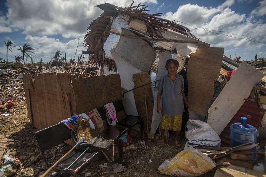 Le passage du typhon Haiyan dans la région de Guiuan est responsable de milliers de décès, et des centaines de personnes sont encore portées disparues. La majorité des bâtiments et des infrastructures ont été détruits. En raison de son isolement par rapport au reste de l'archipel, cette région est longtemps restée sans aide humanitaire. © Kennedy Liam MCSN, Wikipédia, DP