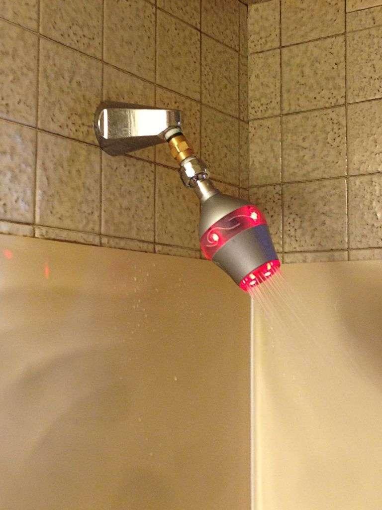 Uji, un pommeau de douche intelligent qui passe au rouge lorsque la douche dure trop longtemps. Une solution pour économiser l'eau, et préserver une ressource précieuse de la planète. © Uji