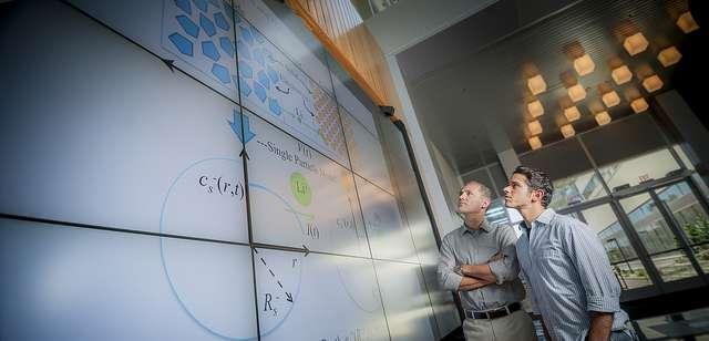 Les professeurs Miroslav Krstic (à gauche) et Scott Moura de l'université de San Diego ont reçu une partie d'une subvention globale de 4 millions de dollars (environ 3 millions d'euros) pour poursuivre le développement d'algorithmes optimisant la technologie des batteries lithium-ion. © Jacobs School of Engineering