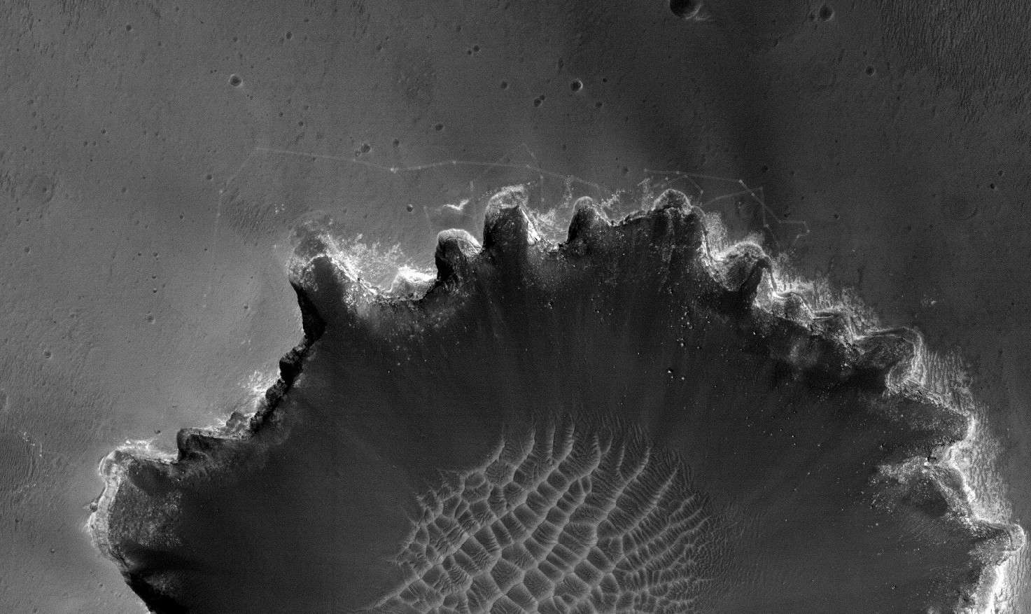 Saisies le 26 juin 2007 par Hirise, la caméra de MRO, les traces du robot Opportunity sur les bords du cratère Victoria mettront peu de temps avant de disparaître sous l'action des vents martiens. © Nasa/JPL/University of Arizona