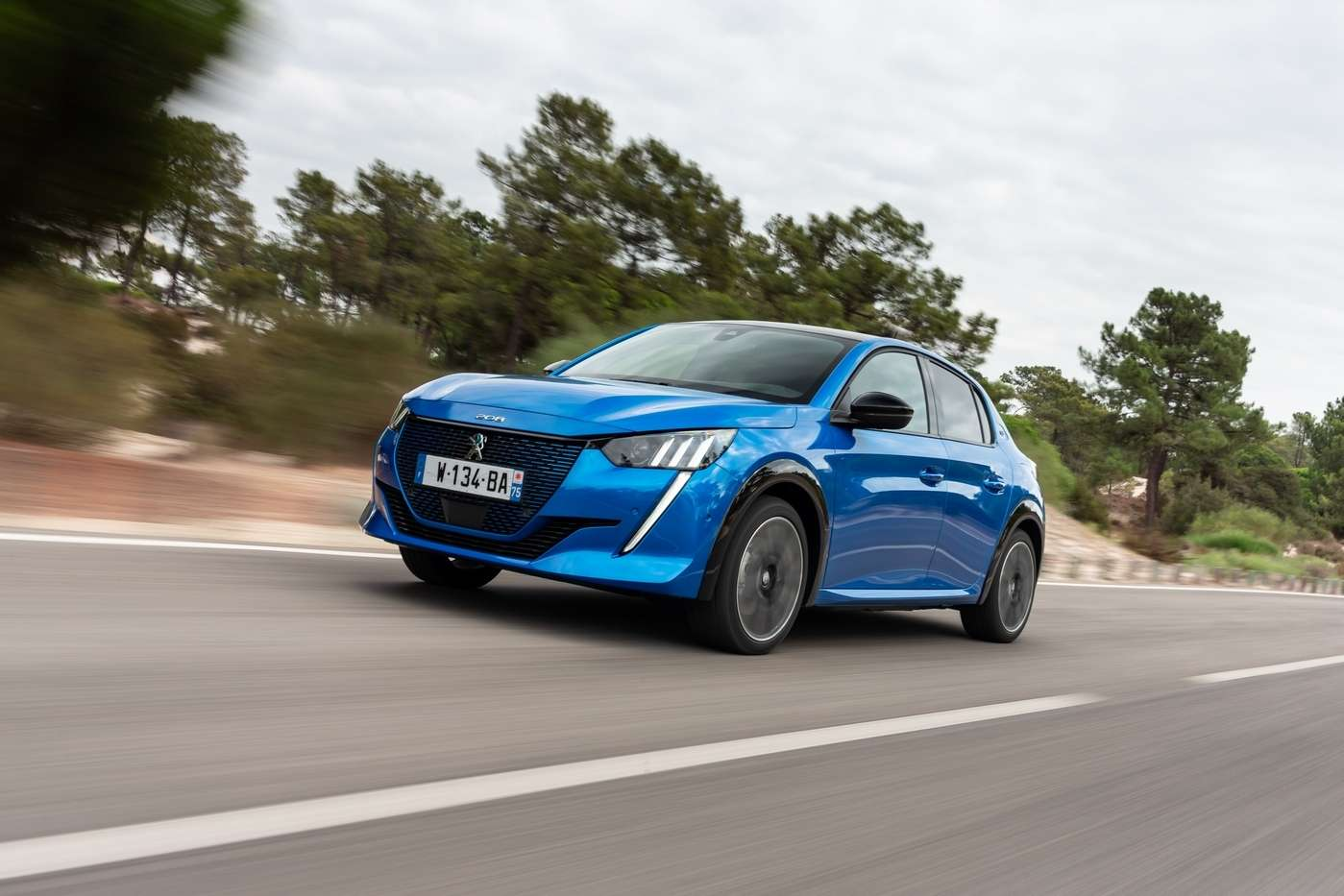 Selon le dernier baromètre de l'Avere France, la Peugeot e-208 est numéro 1 des ventes de voitures électriques en avril avec 360 immatriculations contre 322 pour la Renault Zoe qui régnait jusqu'ici sans partage. © Peugeot