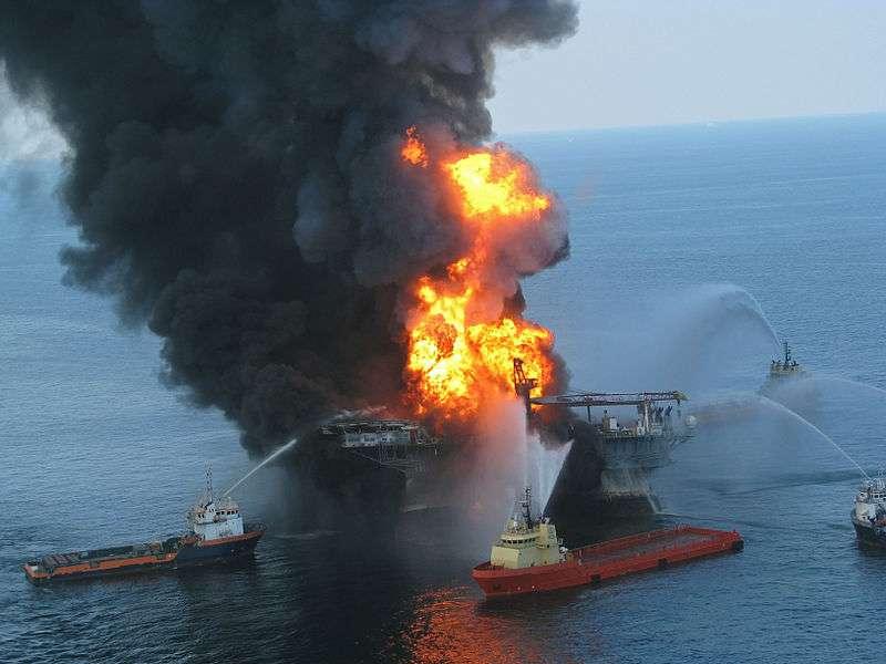 Deepwater Horizon était une plateforme pétrolière louée par la compagnie britannique BP. Plus de 400 espèces animales ont été menacées par la marée noire provoquée par son explosion. © US Coast Guard, DP
