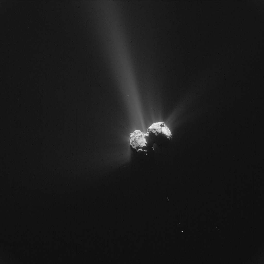 Tchouri photographiée par Rosetta à quelque 261 km de la surface, le 6 août 2015, jour anniversaire de son arrivée autour du noyau cométaire. © Esa, Rosetta, NAVCAM – CC BY-SA IGO 3.0