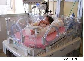 La forme du Cocon évite au bébé des postures qui gêneraient sa respiration ou ses mouvements. La partie supérieure maintient la tête. Les genoux restent surrélevés. © AP-HM