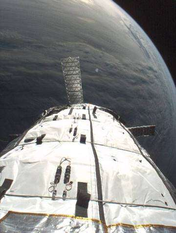 Genesis-1 peu de temps après sa mise en orbite à 450 km d'altitude.