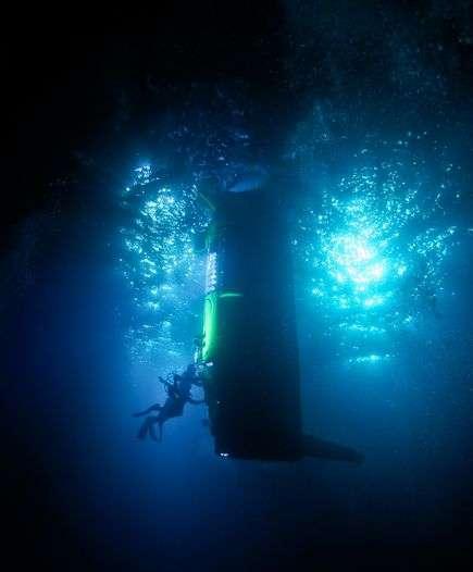 Le sous-marin Deepsea Challenger pèse 11,8 tonnes (contre 150 tonnes pour le Trieste). Il est alimenté par des milliers de petites batteries au lithium-ion similaires à celles utilisées dans l'aéromodélisme, mais de plus grande taille. Plus de 180 systèmes électroniques sont actifs durant la navigation. © Mark Thiessen, National Geographic