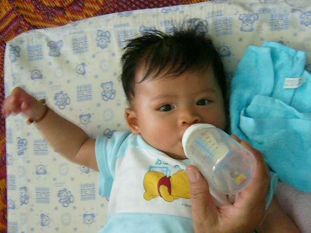 Le lait maternel a des vertus thérapeutiques sur le bébé qu'on ne retrouve pas dans le lait en poudre. Mais dans certaines situations, l'allaitement mixte s'impose. © Mattes, Wikipédia, DP