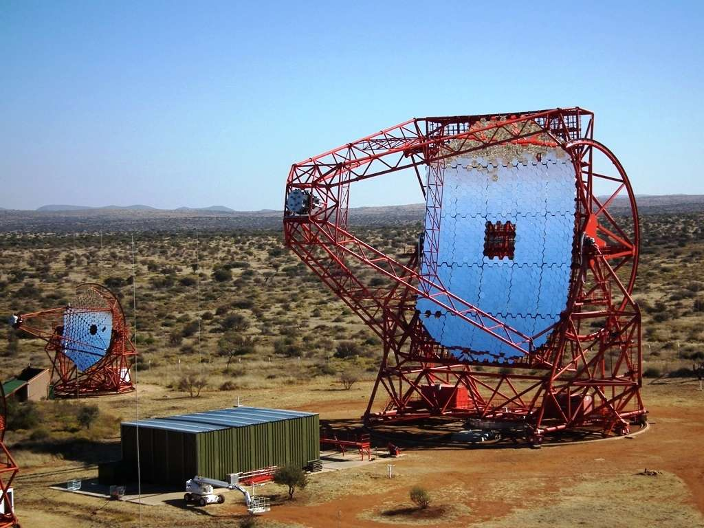 Vue du réseau de télescopes Hess en Namibie. L'acronyme Hess rappelle le nom du prix Nobel de physique de 1936, Victor Hess, qui a découvert les rayons cosmiques au début du XXe siècle (1912-1913). © Hess Collaboration, Clementina Medina