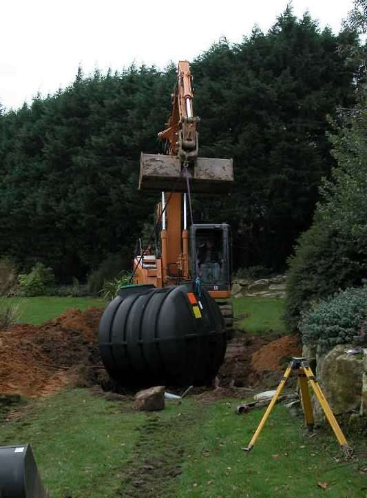 Une fosse toutes eaux doit être installée à distance de la maison. © Csimop, Wikimedia commons, CC BY-SA 3.0