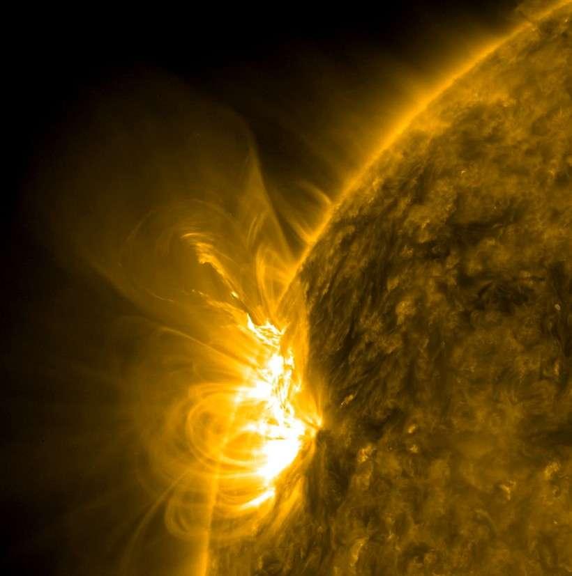 Avec SDO les astronomes peuvent désormais étudier en haute résolution les phénomènes magnétiques qui agitent le Soleil et suivre ses éventuelles fluctuations de diamètre avec une très grande précision. Crédit Nasa