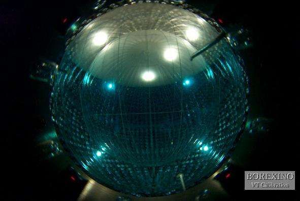 La sphère du détecteur de Borexino en cours de remplissage (Crédit : APC).