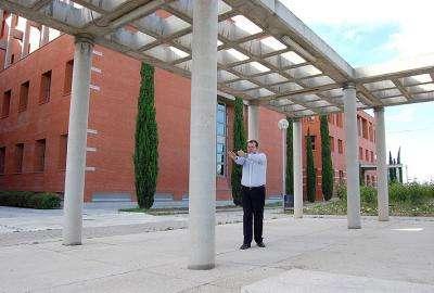 Juan Antonio Martínez, les yeux fermés, détecte une colonne devant lui. © SINC