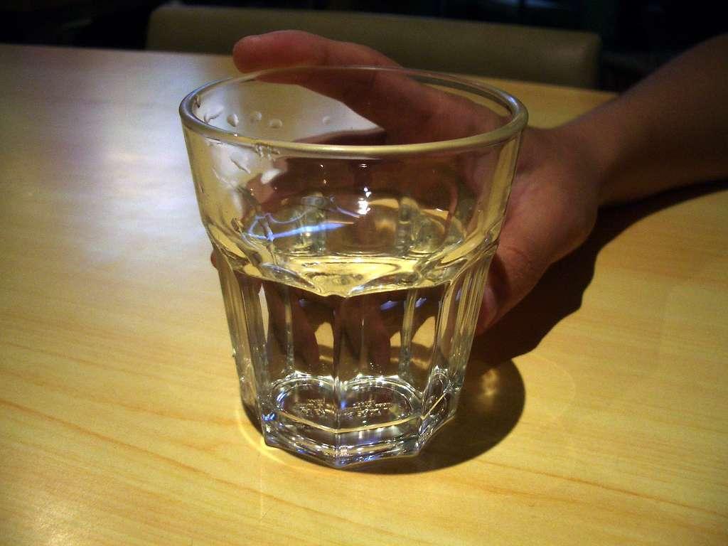 On doit consommer en moyenne 1,5 litre d'eau par jour pour compenser les pertes. Une personne atteinte de potomanie peut boire jusqu'à 10 fois plus. © Yuankuei, Flickr, cc-by-nc-nd-2.0