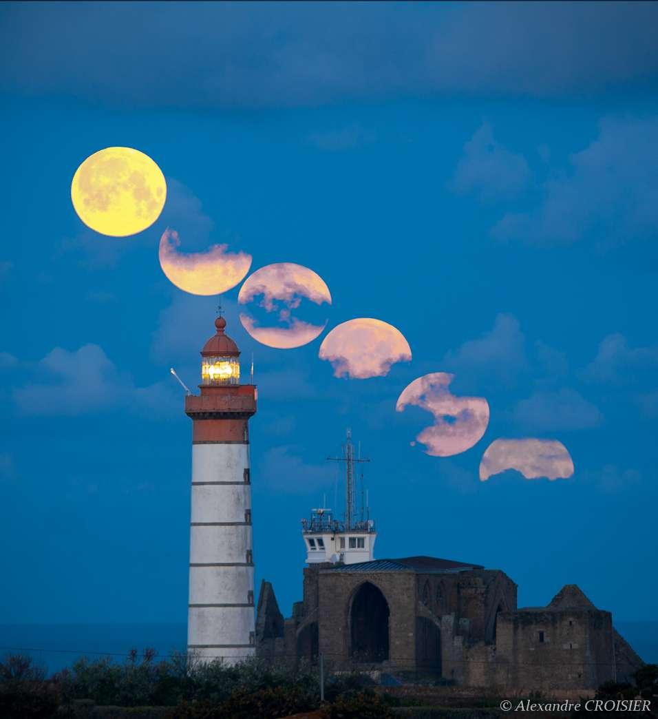 Ce très beau montage montre le coucher de la plus grosse Pleine Lune de l'année 2012 depuis la pointe du Finistère. © Alexandre Croisier