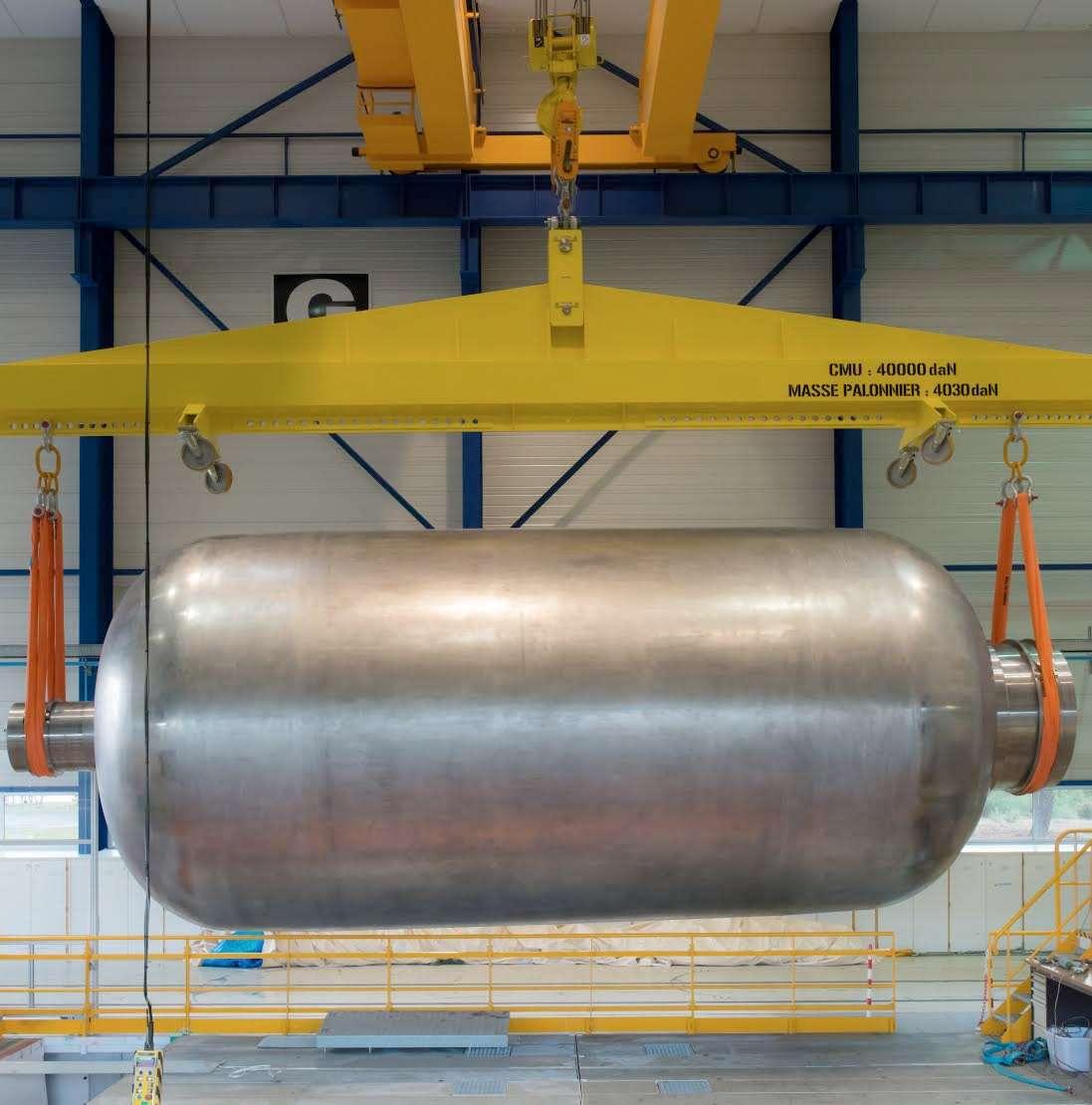 Le mandrin sur lequel sera réalisé le bobinage de fibres de carbone qui formera la structure du futur lanceur européen Ariane 6. Ce mandrin mesure environ 10 m de long sur 3,5 m de diamètre, équivalent à un corps de propulseur de la gamme envisagée pour Ariane 6. © Airbus Espace, A. Gibert, 2014