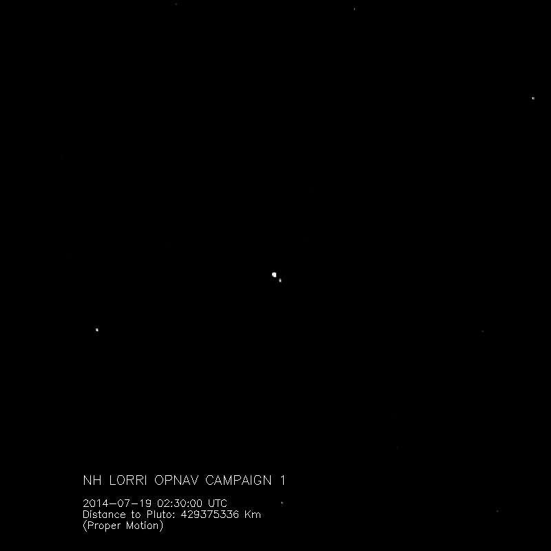 Pluton et Charon forment un véritable système binaire dont le barycentre est situé entre les deux corps. Sur ces images prises fin juillet 2014, à plus de 400 millions de km de leur destination par la caméra Lorri de la mission New Horizons, on peut observer la danse de ces deux astres séparés de quelque 18.000 km. Sur ce cliché, Pluton, le plus grand des deux corps, occupe 4 pixels contre 2 pour Charon. © Nasa, Johns Hopkins University Applied Physics Laboratory, Southwest Research Institute