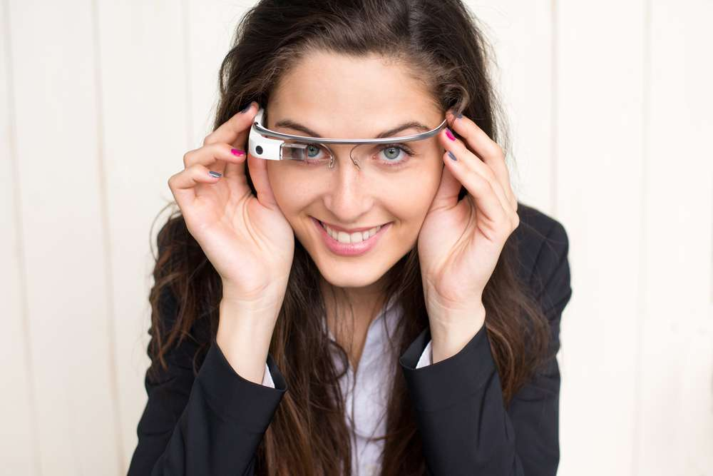 Les Google Glass sont de retour... Du moins dans un nouveau projet où il est question d'ajouter des sortes d'hologrammes dans le champ visuel. © Giuseppe Costantino, Shutterstock.com