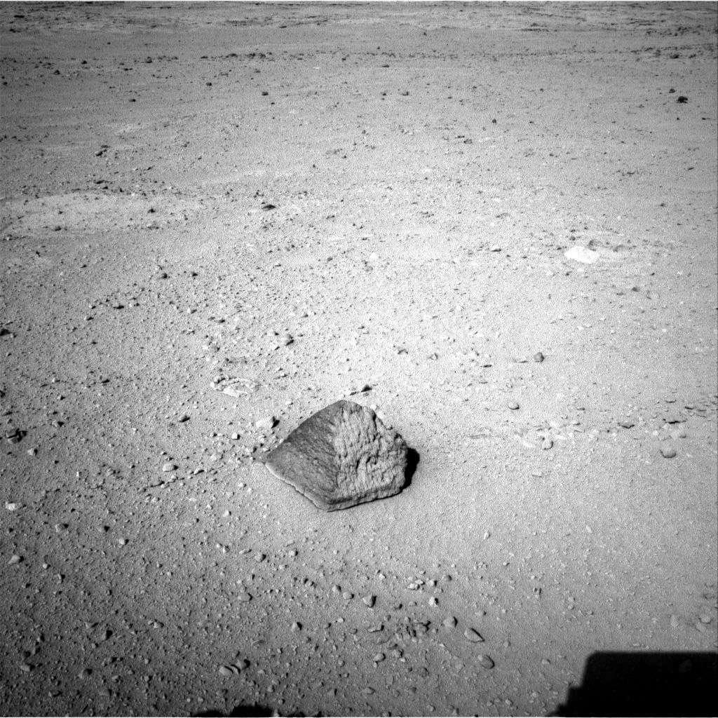 En route vers Glenelg, Curiosity a croisé cette roche en forme de pyramide. Baptisée Jake Matijevic, elle est en cours d'analyse. © Nasa/JPL-Caltech