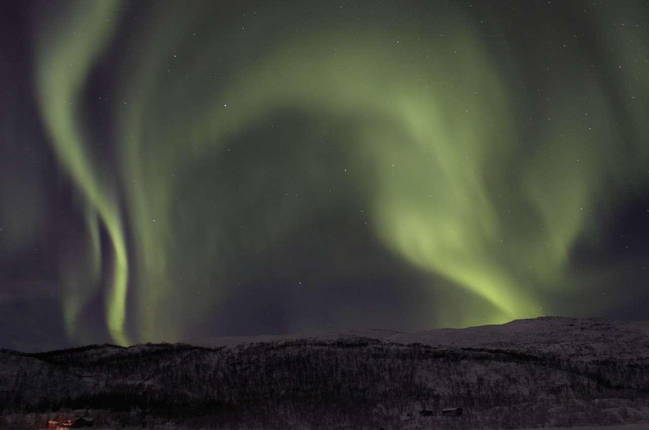 Cette splendide aurore boréale photographiée le 17 février 2013 illumine le ciel, sublimant le paysage enneigé des environs de Tromsø, en Norvège. © S. Mazrouei, Esa