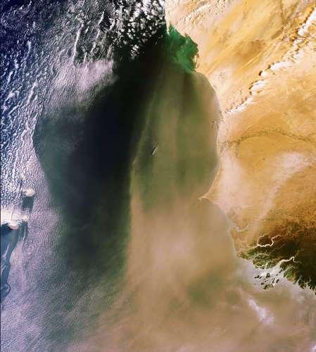 Envisat observe le sable et la poussière venus du désert du Sahara et poussés par le vent au-dessus de l'océan Atlantique le long des côtes de la Mauritanie (en haut), du Sénégal (au centre) et de la Guinée Bissau (en bas). © Esa