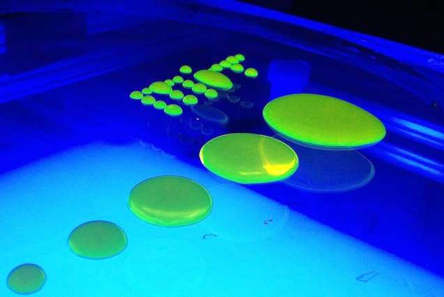 Les chercheurs du MIT se sont penchés sur un sujet d'apparence simple : l'écoulement d'une flaque d'eau. Ils ont abouti à une découverte fondamentale concernant les forces intermoléculaires en jeu. © Amir Pahlavan