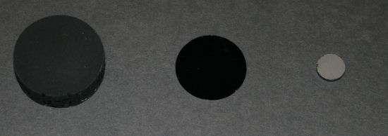 """A droite le carbone vitreux, à gauche un étalon standard d'absorption et au centre le """"corps noir"""" record du RPI. Crédit : Rensselaer Polytechnic Institute"""