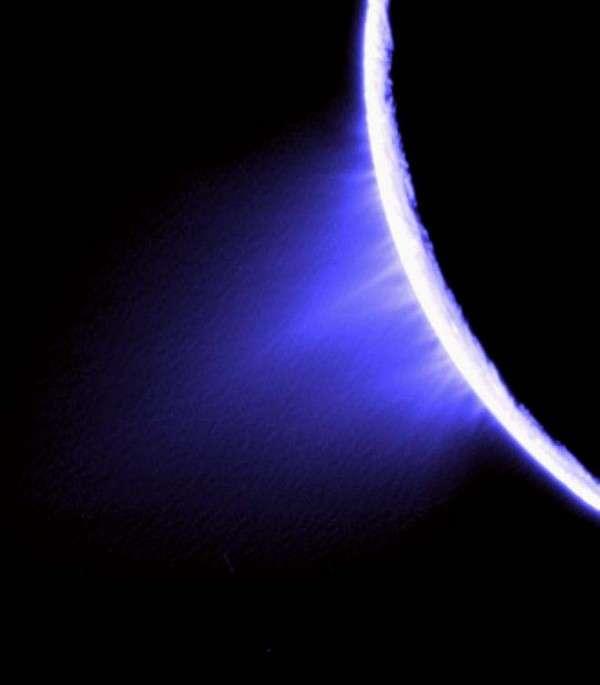 Les panaches de glace photographiés sur Encélade par la sonde Cassini. Crédit NASA / JPL