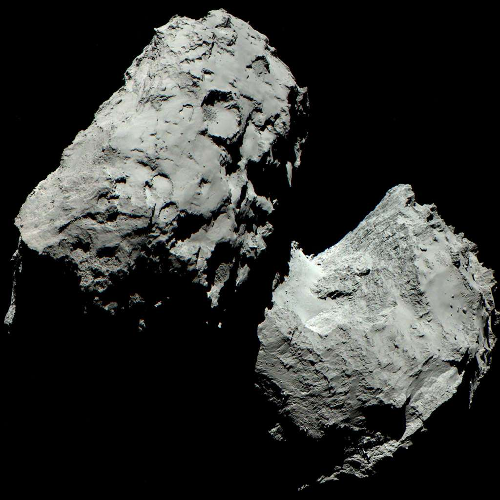 Trois images indépendantes de Tchouri ont été réalisées à travers les filtres vert, rouge et bleu de l'instrument Osiris de Rosetta, le 6 août 2014, puis fondues en une seule composition mosaïque pour obtenir ce portrait qui se veut le plus proche possible de ce que nos yeux pourraient voir. La sonde spatiale qui venait d'arriver était alors à 120 km de la comète. L'image couvre environ 4 km, soit la longueur de la comète. © Esa, Rosetta, MPS, UPD, LAM, AAI, SSO, INTA, UPM, DASP, IDA