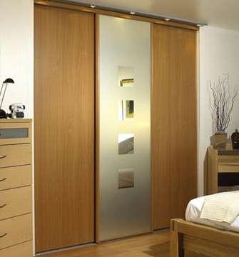 Poser un placard à portes coulissantes permet un gain de place. © Spaceslide, Wikimedia Commons, CC BY-SA 3.0