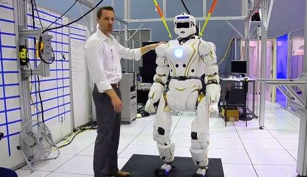 Valkyrie est le robot humanoïde conçu par la Nasa pour participer au Darpa Robotics Challenge. Son design a été particulièrement soigné pour lui conférer une esthétique attrayante. Selon l'Agence spatiale américaine, ce type de robots pourrait un jour être envoyé sur Mars pour préparer l'arrivée d'astronautes et les assister. © IEEE Spectrum, YouTube