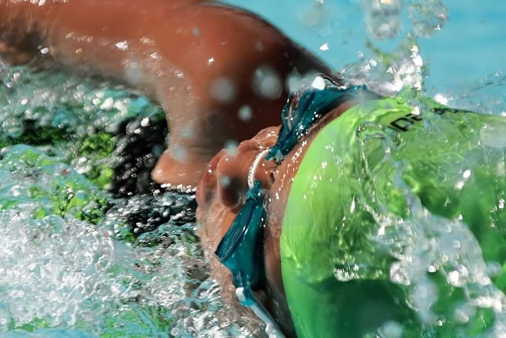 Les Jeux olympiques se déroulent en ce moment et l'on peut assister aux démonstrations des nageurs les plus rapides du monde, parmi lesquels le jeune Français Yannick Agnel. Ont-ils acquis le réflexe d'entrouvrir les doigts pour gagner quelques centièmes de seconde ? Soyez observateurs... © Sir Mervs [dose], Fotopédia, cc by 2.0