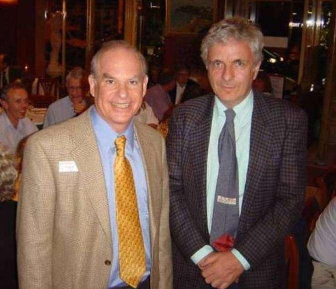 De gauche à droite, John Schwarz et Michael Green en 2002. Les deux hommes sont désormais lauréats du Breakthrough Prize in Fundamental Physics. Ils ont été à l'origine de la première révolution de la théorie des supercordes en 1984, dans laquelle plusieurs physiciens de premier plan ont basculé, comme le prix Nobel de physique 1979 Steven Weinberg et Edward Witten, qui a reçu la médaille Fields en 1990. © John Schwarz