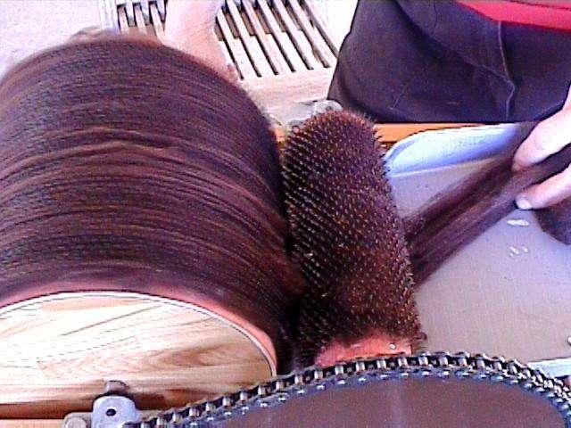 Les tissus basiques, écologiques et robustes sont un élément constitutif du slow wear. Ici, travail de la laine de lama. © Libby A. Baker, Wikimedia Commons, cc by sa 2.0