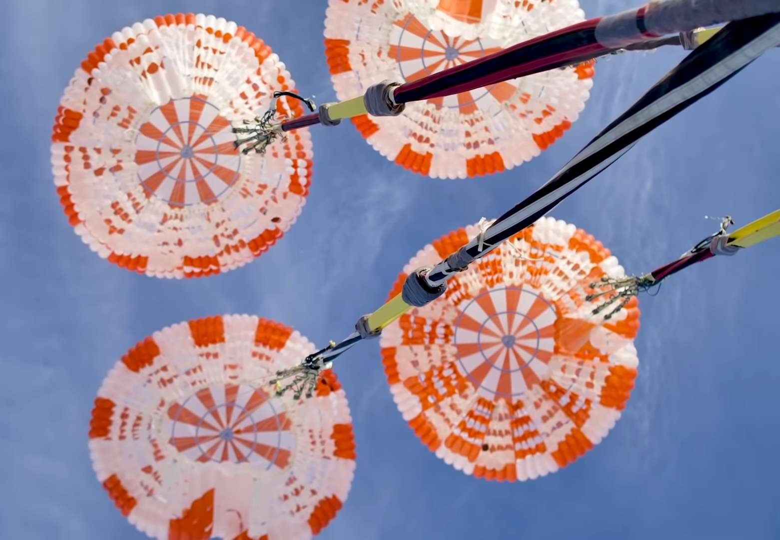 Test des parachutes de la capsule habitée Crew Dragon de SpaceX. © SpaceX