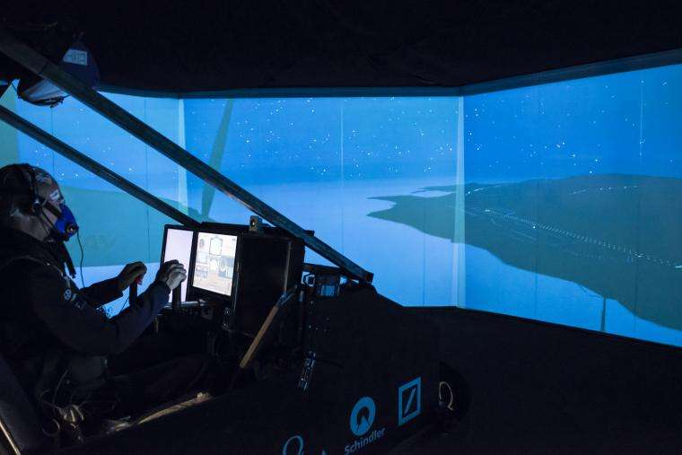 Bertrand Piccard installé dans le simulateur de vol. Le cockpit reproduit l'avion solaire HB-SIB, actuellement en construction à Payerne, dans l'ouest de la Suisse, et au fuselage plus grand que le HB-SIA qui a volé ces dernières années. © Solar Impulse