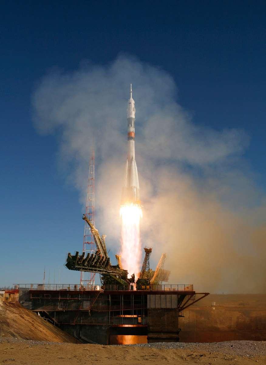 Décollage le 2 avril 2010 du vaisseau Soyouz TMA-18 en direction de la Station avec à bord les Russes Alexandre Skvortsov et Mikhail Kornienko et l'Américaine Tracy Caldwell Dyson. Crédit Nasa / Carla Cioffi
