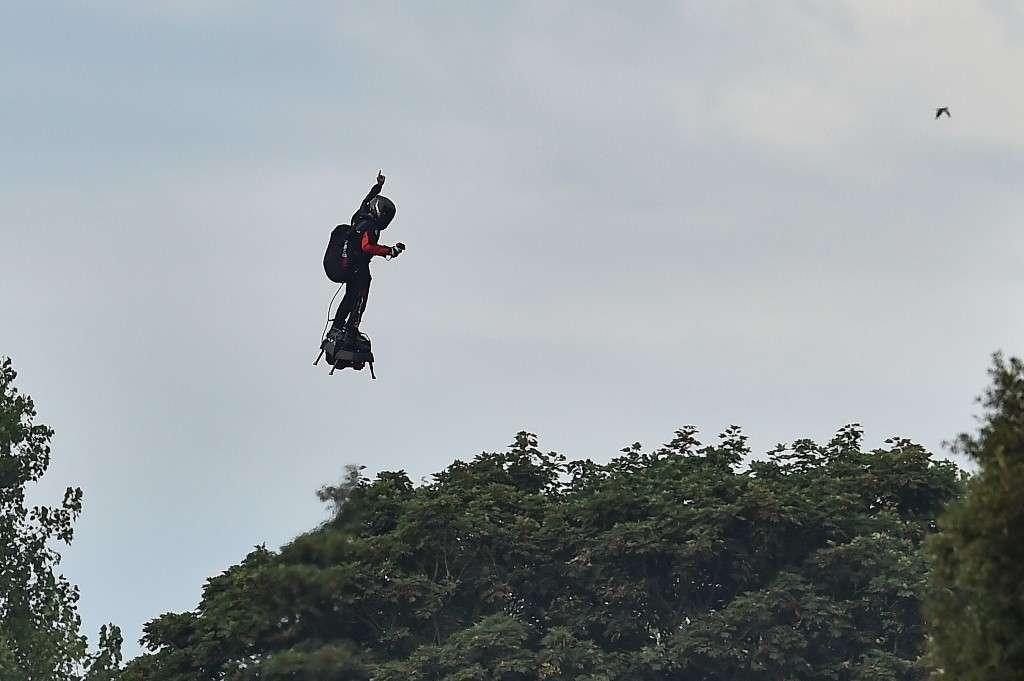 Franky Zapata, dit « l'homme volant », a réussi ce 4 août 2019 l'exploit de traverser la Manche debout sur son Flyboard. © Glyn Kirk/AFP