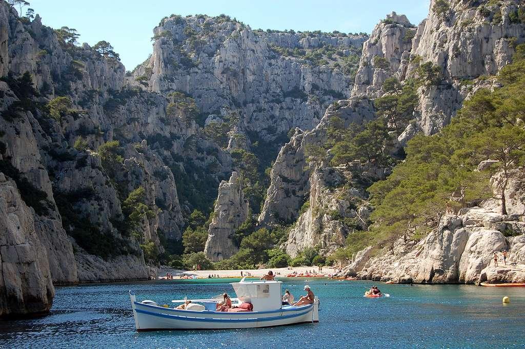 Les calanques de Marseille-Cassis ont été creusées dans un calcaire urgonien, donc dans une roche exogène. Il s'agit d'un calcaire récifal produit au Crétacé, voilà 130 à 122 millions d'années. © pchgorman, Flickr, cc by nc sa 2.0