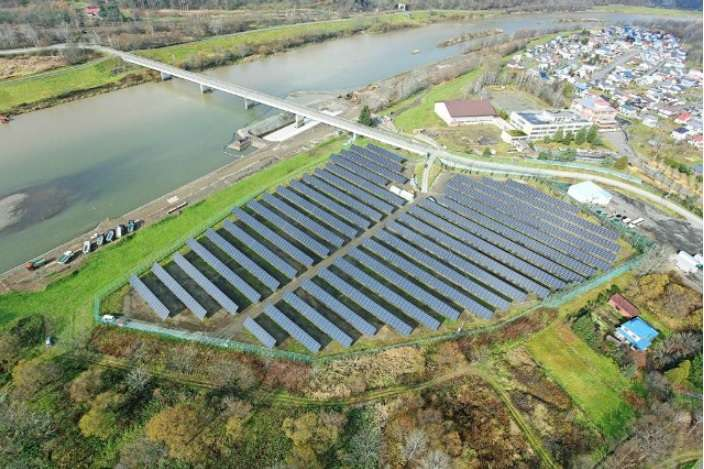 Vue aérienne de l'Asahikawa Hokuto Solar Power Plant et de ses 5.320 panneaux solaires bifaces. Leur agencement doit permettre aux faces arrière des différents modules de recevoir le plus de lumière réfléchie possible. © PVG Solutions