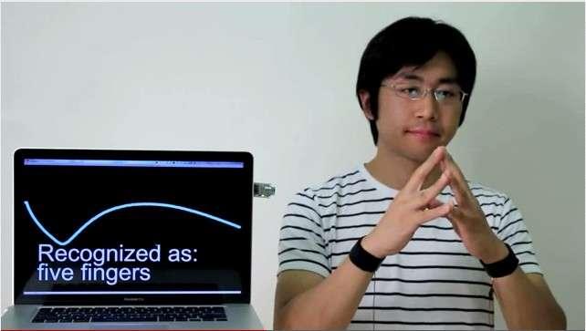 Avec des électrodes placées sur les poignets, Touché peut détecter les gestes. Ici à l'écran, le système reconnaît que l'utilisateur a joint les 5 doigts de ses mains. © Disney Research
