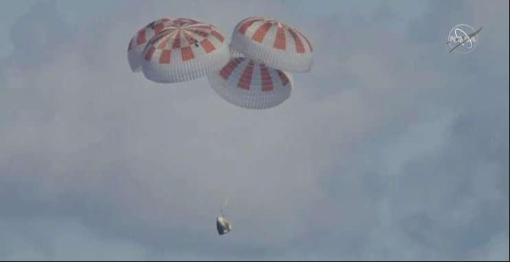 La capsule Crew Dragon le 8 mars 2019 à moins 100 mètres au-dessus de la surface de l'océan Atlantique. © Nasa