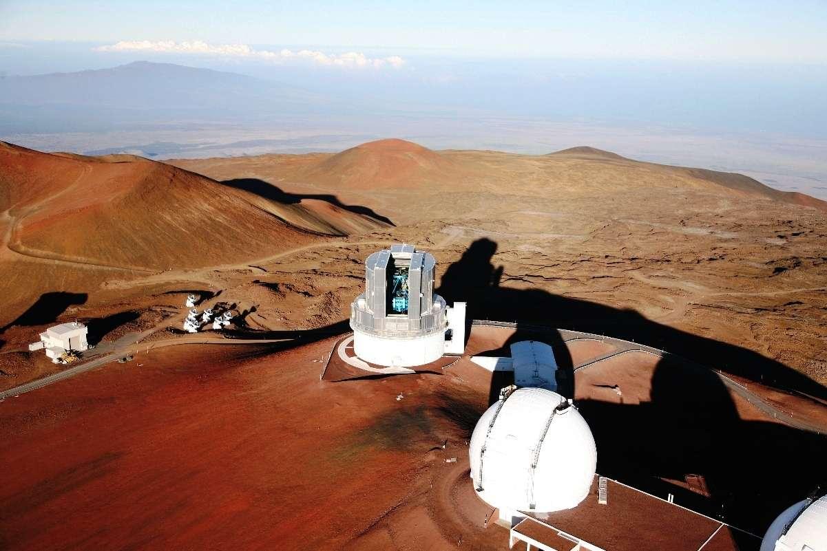 Le Mauna Kea est un volcan bouclier endormi des États-Unis, situé sur l'île d'Hawaï. Son sommet a été utilisé pour implanter des télescopes parmi les plus puissants du monde. On voit sur cette photo le télescope Subaru et en bas à droite une des coupoles du télescope Keck. © Subaru Telescope, National Astronomical Observatory of Japan