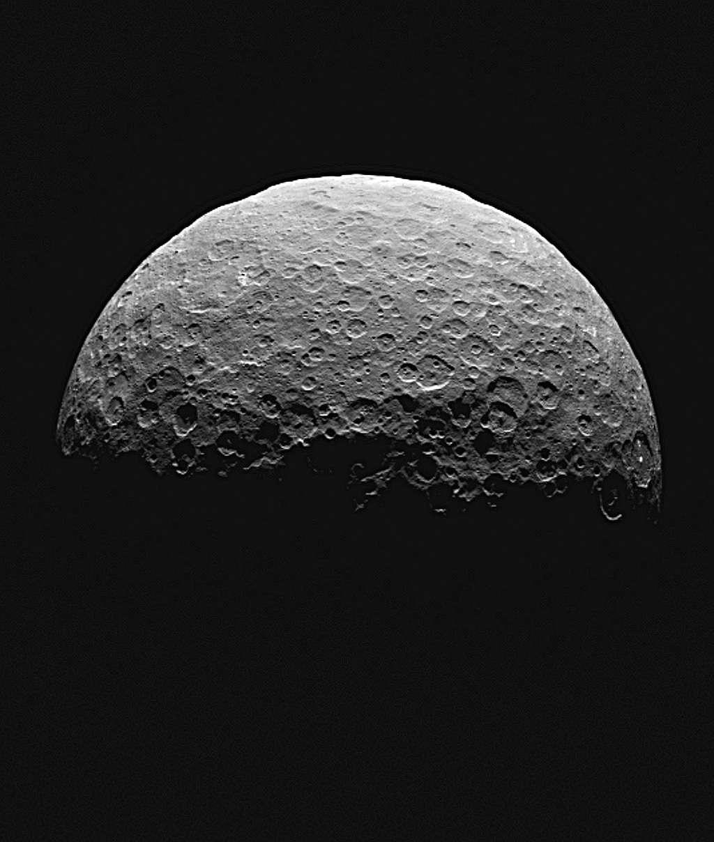 La sonde Dawn se situait à 22.000 km de la surface de Cérès lorsqu'elle a pris cette vue au-dessus du pôle nord de la planète naine, entre le 14 et le 15 avril. La résolution de l'image atteint 2,1 km par pixel. © Nasa, JPL-Caltech, UCLA, MPS, DLR, IDA