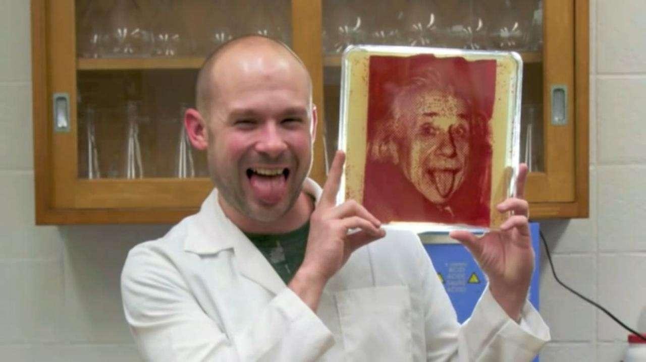 Zachary Copfer, inventeur de la bactériographie, pose en tirant la langue, en imitant l'une de ces œuvres, inspirées de la célèbre photo d'Albert Einstein. © Zachary Copfer, capture d'écran depuis YouTube