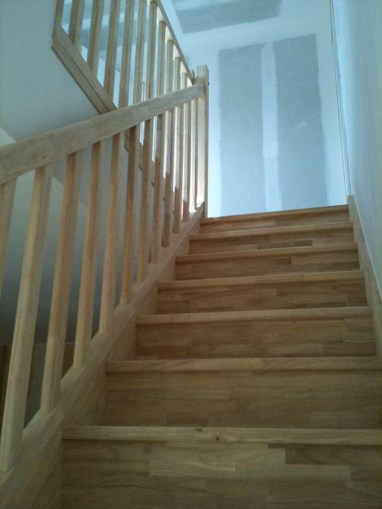 L'escalier doit être parfaitement nettoyé et poncé avant d'être verni. © Chaumont Tony, Flickr, CC BY-SA 2.0