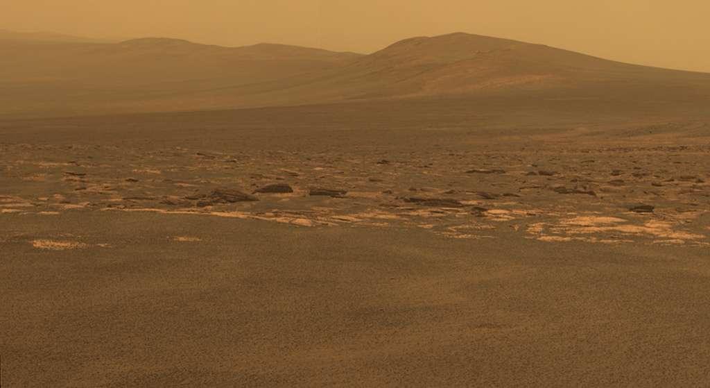 Cette image réalisée le 9 août par le rover Opportunity depuis Spirit montre une partie du cratère Endeavour (à gauche) et de ses remparts (à droite). Des roches brisées sont visibles au premier plan. © Nasa/JPL-Caltech/Cornell/ASU
