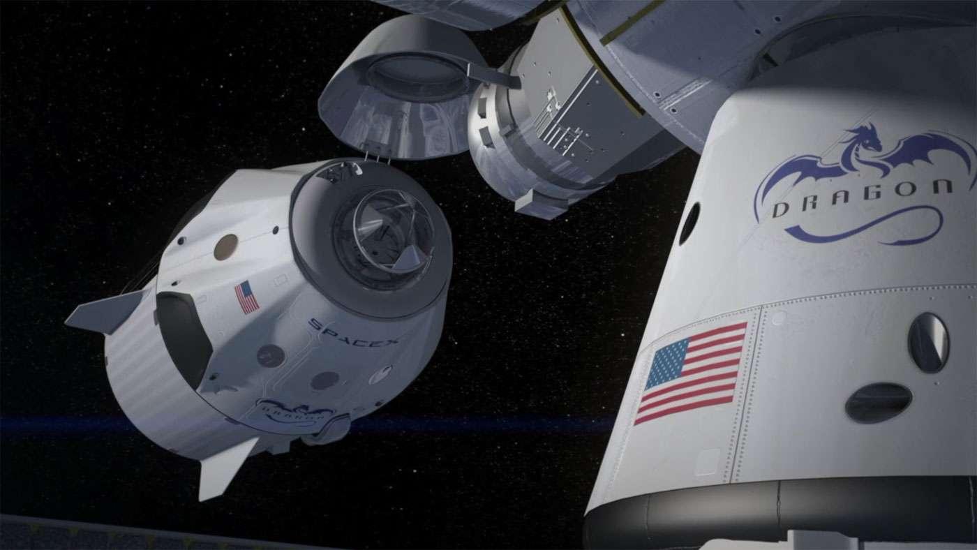 Le Crew Dragon avec au premier plan une capsule Dragon de transport de fret dont il est dérivé. © SpaceX