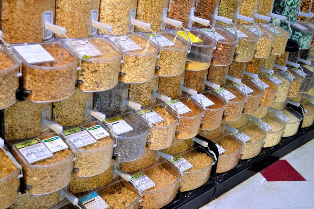Une personne pratiquant l'écoconsommation achète plutôt des produits en vrac, quand cela est possible, pour éviter d'avoir à jeter des emballages. © danbruell, Flickr, cc by nc sa 2.0