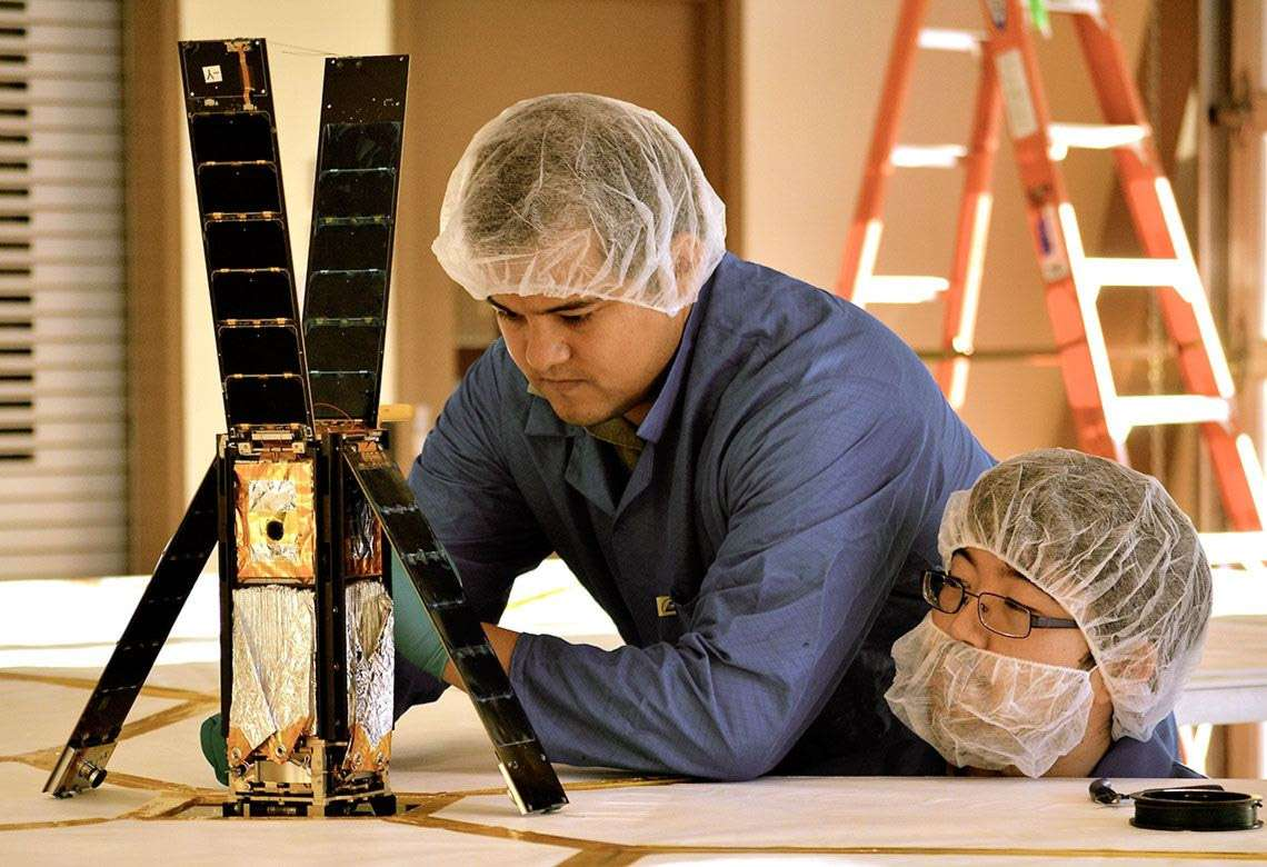 Le CubeSat LightSail et les quatre petits mâts qui supportent la voile solaire. © The Planetary Society